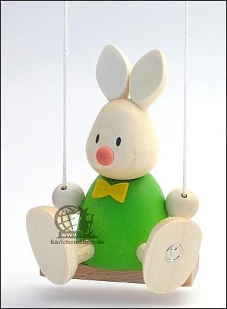 Kaninchen Max auf der Schaukel
