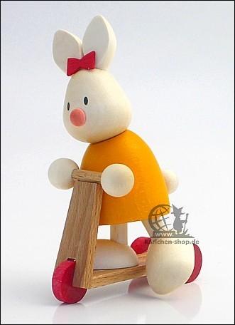 Kaninchen Emma auf Roller