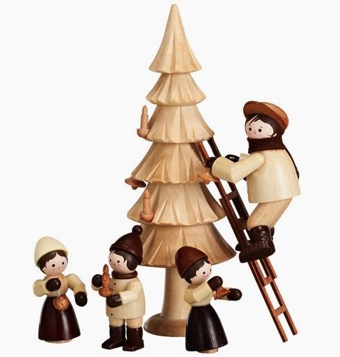 Winterkinder beim Weihnachtsbaum schmücken