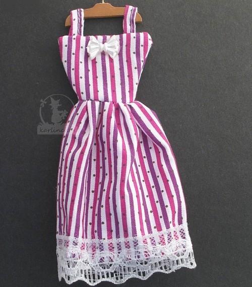 Kleid, gestreift mit Kleiderbügel