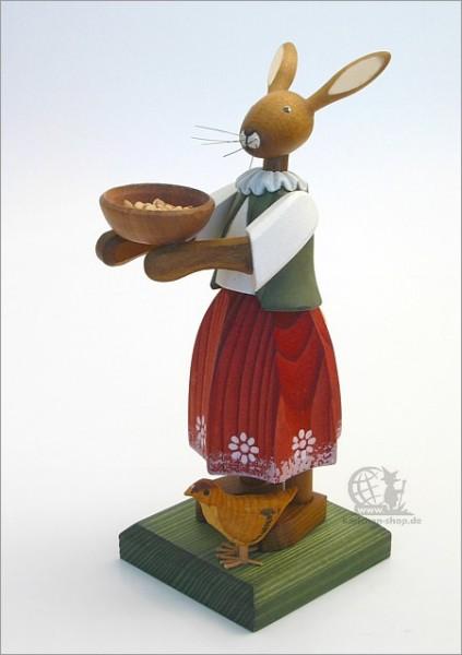 Osterhasenmädchen mit Schüssel und Küken