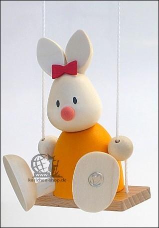 Kaninchen Emma auf der Schaukel