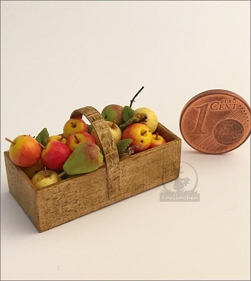 Körbchen mit Äpfeln und Birnen