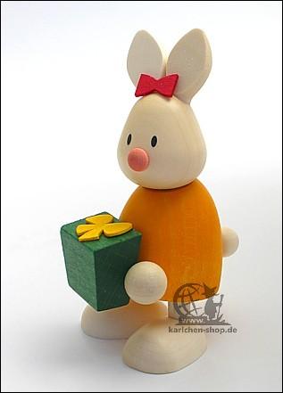 Kaninchen Emma mit Geschenk