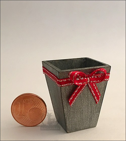 Flowerpot with ribbon