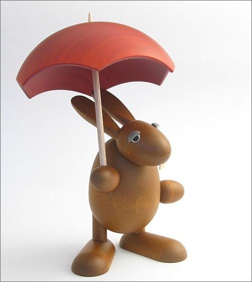 Hase mit rotem Schirm