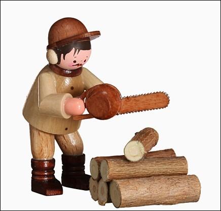 Motorkettensäger mit Holzstämmen